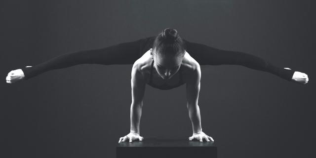 Acrobate en équilibre sur les mains